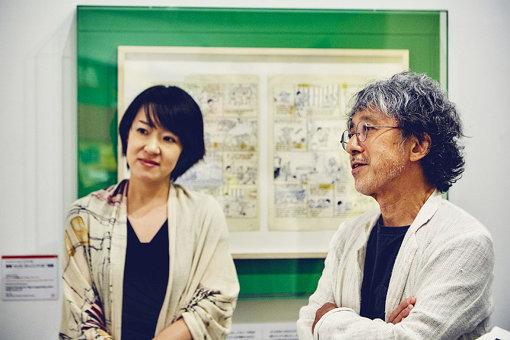 学芸員の平谷美華子さん(左)