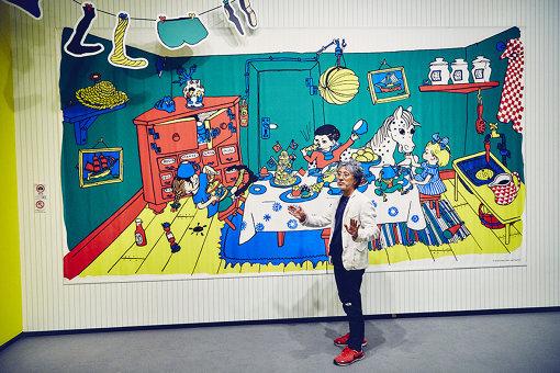 赤い棚の上にある壷の絵柄や、右側に描かれたキッチンタオルの市松模様が日本的