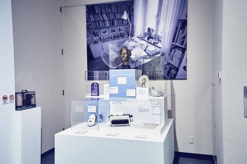 リンドグレーンの書斎に置かれていたアイテムを展示。そのなかには、能面(左下)が