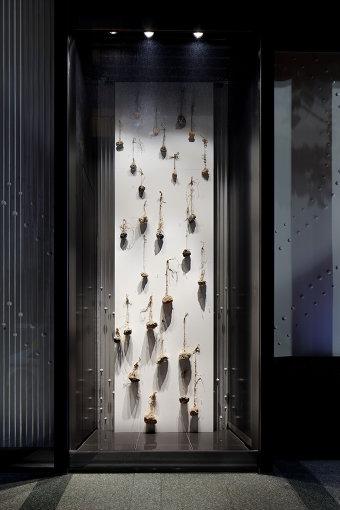 植松永次の作品『収穫』が展示されたウィンドウギャラリーの様子(撮影:繁田 諭)