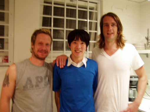 エンジニアのステファン(左)、スウェーデンの4人組バンド・Ray Wonderのルードウィグ・ボス(右)とともに。写真は2004年ごろのもの
