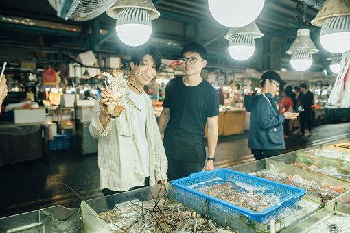 「蚵仔寮」にある、魚市場。カニを渡された後、店員の計らいでエビを刺し身で食べさせてもらった。