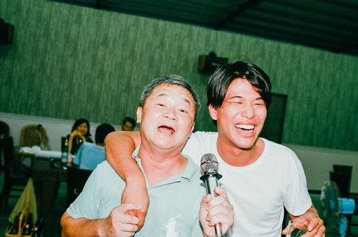 """「心海飲茶館」でカラオケを楽しむ。角舘は坂本九""""上を向いて歩こう""""を熱唱した"""