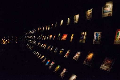 グラフィティが描かれた壁面や、道端にアート作品が展示されている「駁二藝術區」。真っ暗な部屋に本が置かれた書店「無關実験書店」も衝撃的。