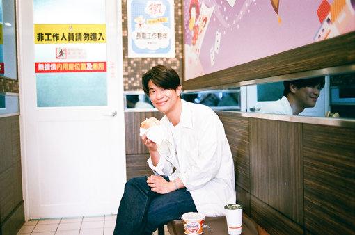 台湾のファンに薦められたという高雄のローカルハンバーガーショップ「丹丹バーガー」で食事をする角舘健悟