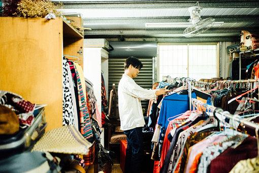 ヴィンテージ雑貨や古着がところ狭しと並ぶ「前鎭二手貨」。あまりの品物の多さ、ディープさに角舘も驚きを隠せず