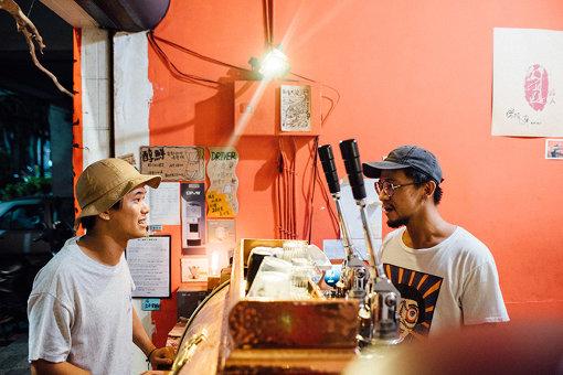 「路人珈琲」の店主は、ドラマーとしても活躍。角舘と、ミュージシャン同士の話に花が咲く