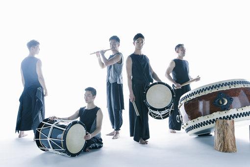 従来の鼓童とは異なる、スタイリッシュな印象の『巡−MEGURU−』の衣装