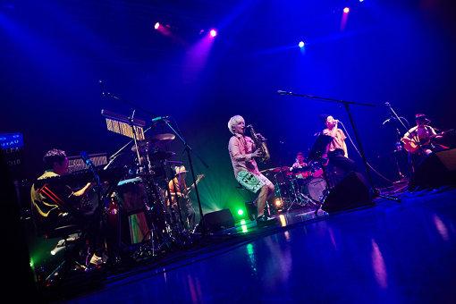 TSUUJIIがシークレットゲストとして登場した、NakamuraEmiのライブ『NIPPONNO ONNAWO UTAU Vol.5~Release Tour 2018~』の模様(6月27日、EX THEATER ROPPONGIにて。撮影:TAKAO IWASAWA)