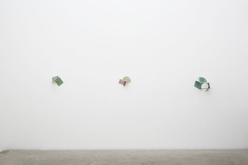 金沢21世紀美術館『起点としての80年代』展での岡﨑乾二郎の展示風景 撮影:木奥惠三 写真提供:金沢21世紀美術館