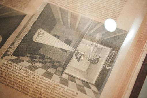 展示されているアタナシウス・キルヒャー『光と影の大いなる術』