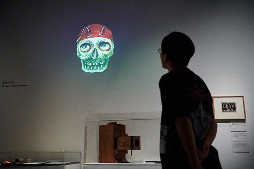 展示室の壁に投影されている「ファンスタスマゴリア」のスライド