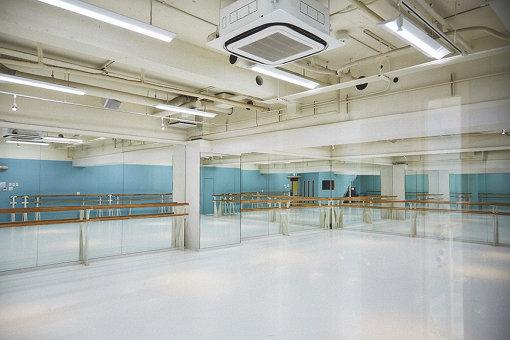 穴井がレッスンを行っている、ダンススタジオ