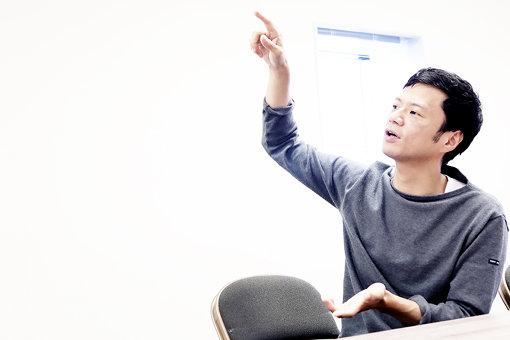 手を広げながら、上の一部を「1、2」と指して説明する奇妙礼太郎