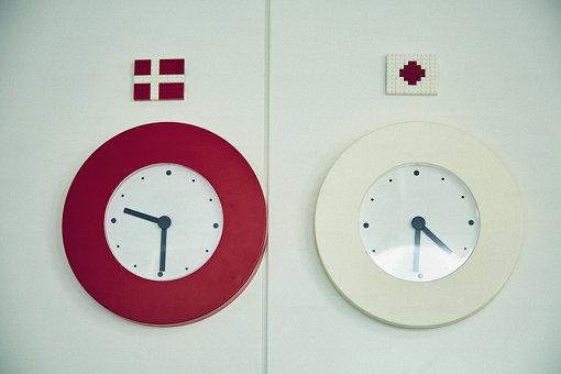 会議室内には、デンマークと日本の時刻を示す時計があった