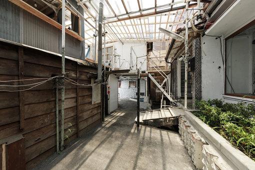 『Chim↑Pom通り』(2017年) / キタコレビルの屋内に建設し、屋外の公道と繋げた「道」。施錠せずに24時間一般に無料で開放することで、プライベートの空間内に公共空間を作り出す / 撮影:森田兼次 提供:Chim↑Pom Studio