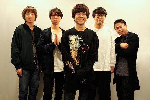 左から:ソゴウタイスケ(Dr)、オカザワカズマ(Gt)、ヤマサキセイヤ(Vo,Gt)、ヨコタシンノスケ(Key,Vo)、カワクボタクロウ(Ba)