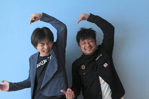 左から:柴那典、大谷ノブ彦 / CINRA.NET掲載第1弾ということで、頭文字のCをポーズをとる2人
