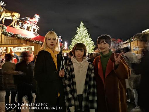 横浜赤レンガ倉庫にて。左から:Rachel(chelmico)、蒼山幸子(ねごと)、Mamiko(chelmico) / 「HUAWEI P20 Pro」の「夜景モード」で撮影