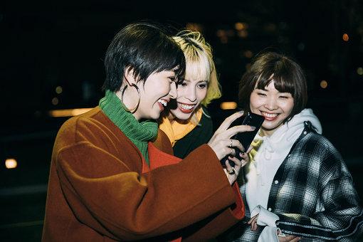 インタビュー後、横浜の夜景を「HUAWEI P20 Pro」で撮影。「めっちゃ綺麗!」と驚く3人