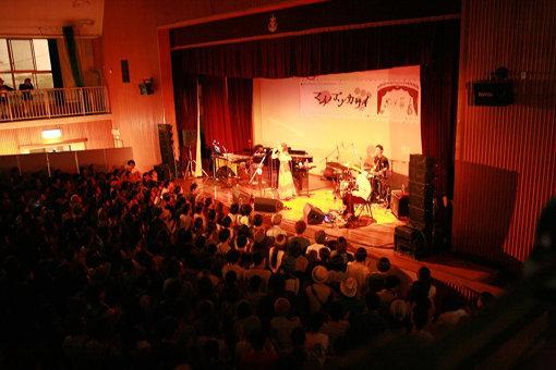 岡山市の廃校となった旧内山下小学校の校舎を会場に開催された音楽イベント『マチノブンカサイ』