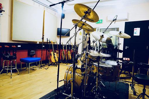 学生が自由に利用できる、ジョージ・マーティンがプロデュースした音楽スタジオ。本人も存命中、年に何回か足を運び、教鞭をとっていたという。