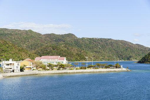 海に面した赤い屋根の建物が、『YAF』メイン会場となる旧塩屋小学校。