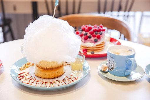 2人が注文したパンケーキ。手前が雲のコットンキャンディーパンケーキ。奥がベリーベリーLettu。飲み物はカフェラテ(HOT)。