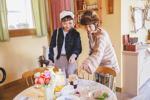 ムーミン屋敷1階の、食卓にて。テーブルの上には本物そっくりのジャムやサンドイッチなどが置かれている。テーブルや椅子はムーミンたちのサイズなので小さめ。
