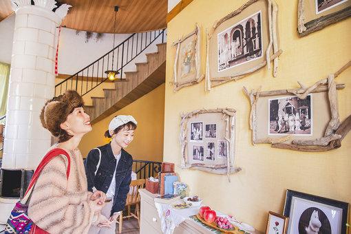 壁に掛けられた家族写真を眺めている様子。