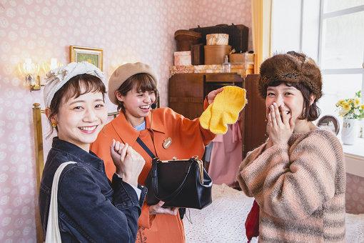 ムーミンママのお部屋にて。ツアーガイドのお姉さんがムーミンママのバッグの中身を見せてくれている様子。
