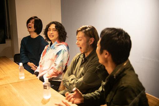 左から:田中ユウイチ、hozzy、渡辺拓郎、藤森真一