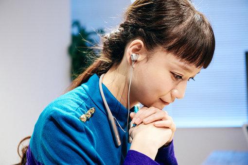 タカハシマイ。ソニーのワイヤレスインイヤー「WI-C600N」を着用。