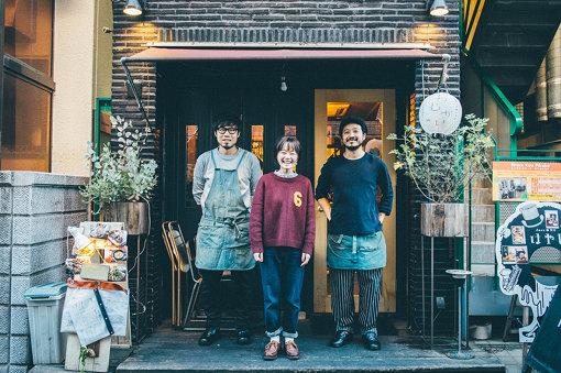 左から:野村俊彦、NakamuraEmi、四本晶(おむかいの店長&現在活動休止中のバンド「Rega」のギタリスト。現在はKeishi Tanakaを中心にサポートも行っている)