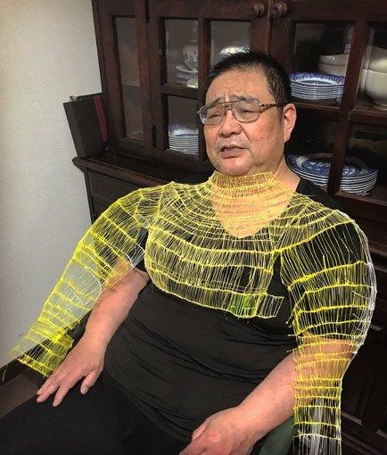 津野が初めて制作した衣装。着用しているのは、津野の実父