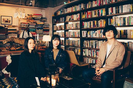 """左から:稲垣理美、武居詩織、宮崎優人(ab initio)。""""歓喜""""のMVで撮影した書店SNOW SHOVELINGにて"""