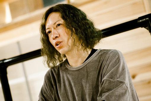 河野岳人。ベーシスト。2005年結成のマヒルノより本格的に音楽キャリアをスタート。様々なアーティストサポートを経て、現在はLAGITAGIDA / SuiseiNoboAzにて活動中。