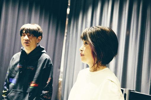 左から:小山田圭吾、大野由美子。製作中の部屋で、互いの曲を聴きあう様子