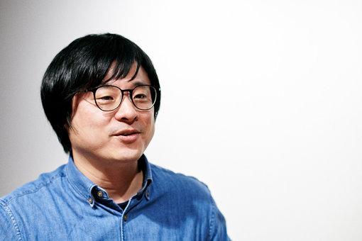 西澤裕郎(にしざわ ひろお)<br>1982年生まれ。長野県出身。出版社勤務を経てフリーのライター / 編集者に。音楽ファンジン『StoryWriter』編集長を務め、2012年より音楽配信サイトOTOTOYにディレクターとして活動。オルタナ・ロックからアイドル、スカムまで幅広く執筆&編集、ディレクション。2017年、株式会社SW設立。ストリートを愛するカルチャー・マガジン『StoryWriter』の運営、写真家・外林健太による写真集『IDOL』の発行などを行う。
