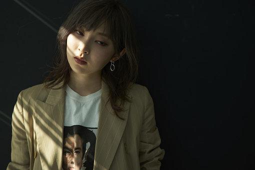 """家入レオ(いえいり れお)<br>福岡出身。13歳で音楽塾ヴォイスの門を叩き、青春期ならではの叫び・葛藤を爆発させた""""サブリナ""""を完成させた15のとき、音楽の道で生きていくことを決意。都内の高校へ通いながら、2012年2月メジャーデビューを果たす。2019年4月17日にニューアルバム『DUO』をリリースし、5月10日からはアルバムをひっさげて『家入レオ 7th Live Tour 2019 ~DUO~』(全20公演)の開催が決定している。"""