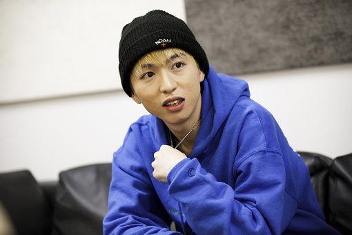 Kvi Baba(くゔぃ・ばば)。大阪・茨木出身のラッパー / シンガーソングライター。2017年よりSoundCloud上で立て続けに楽曲を発表し音楽活動をスタート。トラップ、クラウド・ラップ、オルタティブ・ロックから影響を受けたというメロディックなラップスタイルと、内省的かつ鬱屈した心情を歌ったリリックが特徴。エモーショナルという言葉がジャストにフィットしたアーティストである。