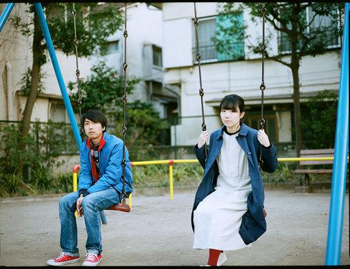 ラッキーオールドサン(左から:篠原良彰、ナナ)<br>ナナ(Vo)と篠原良彰(Vo,Gt)による男女二人組。ふたりともに作詞/作曲を手掛け、確かなソングライティングセンスに裏打ちされたタイムレスでエヴァーグリーンなポップスを奏でる。2014年12月にkitiより1stミニアルバム『I'm so sorry,mom』でデビュー。詩と歌のシンプルなデュオ編成から、個性的なサポートメンバーを迎えたバンド編成まで、様々な演奏形態で活動を展開。輝きに満ちた楽曲の数々は多くのリスナーを魅了し、またその確かな音楽性が多くの同世代バンドからも熱烈な支持を得る。