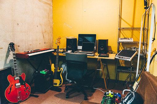 制作スペース(「ミツメの秘密基地に初潜入。組織から離れ、遊ぶように働く生き方」より。撮影:永峰拓也)