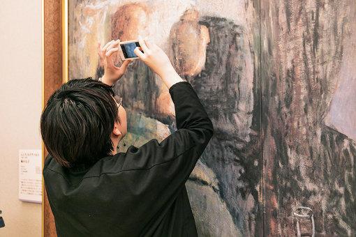 ムンク『病める子』を接写する中村。作品に触れたり、写真を至近距離で撮影できたりするのも、大塚国際美術館ならでは