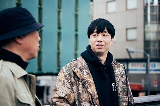 河村康輔(かわむら こうすけ)<br>1979年、広島県生まれ。東京都在住。グラフィックデザイナー、アートディレクター、コラージュアーティスト、『ERECT Magazine』アートディレクター。多数のアパレルブランドにグラフィックを提供。ライブ、イベント等のフライヤー、DVD、CDのジャケット、書籍の装丁、広告等のデザイン、ディレクションを手掛ける。