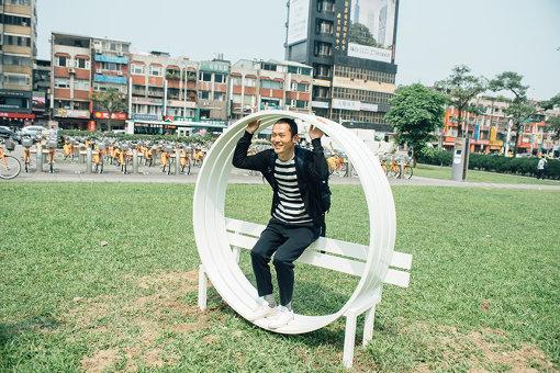 イェッペ・ハイン『與藝術互動—改良式社交椅 / Interact With Art - Modified Social Benches』 / 座面が円を描いているため、座っているというよりは囲まれてしまうベンチ