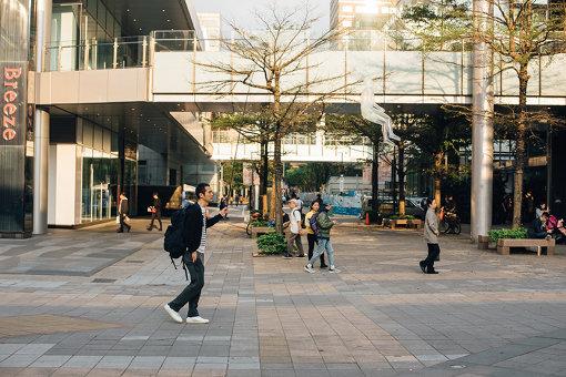 鈴木自身の作品『空気の人』とともに、台北の街中を巡った