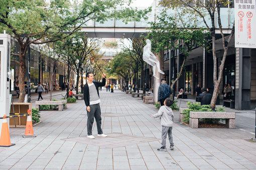 台北の街を行く人も『空気の人』には興味津々
