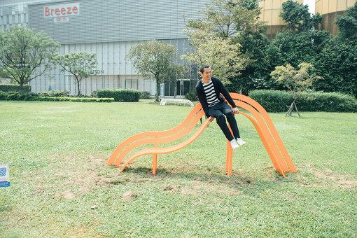 イェッペ・ハイン『與藝術互動—改良式社交椅 / Interact With Art - Modified Social Benches』 / 急な傾斜でなかなか自然には座れないベンチ