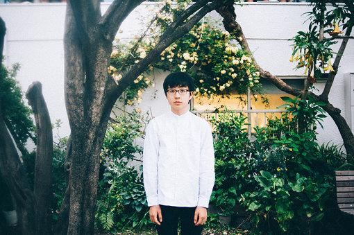 崎山蒼志(さきやま そうし)<br>2002年生まれ静岡県浜松市在住。4歳でギターを弾き、小6で作曲を始める。2018年にAbemaTV『日村がゆく』の高校生フォークソングGPに出演、独自の世界観が広がる歌詞と楽曲、また当時15歳とは思えないギタープレイでまたたく間にSNSで話題になる。